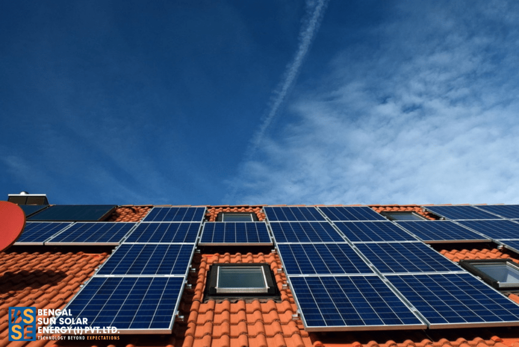 What is the difference between an on grid, off grid and hybrid solar power system? How does an on grid solar system work?
